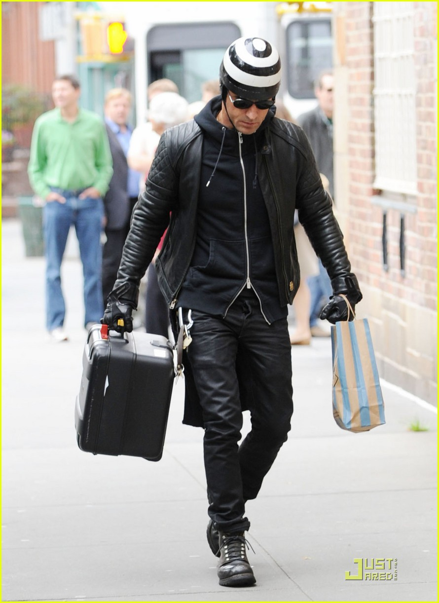 justin theroux buys kitchen supplies 05