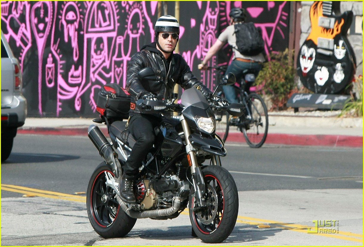 justin theroux motorcycle man 042575554