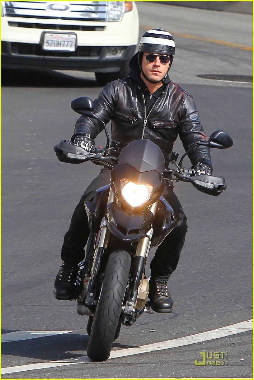 justin theroux motorcycle man 06
