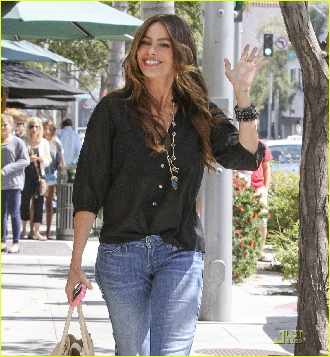 sofia vergara waves hello 032576413