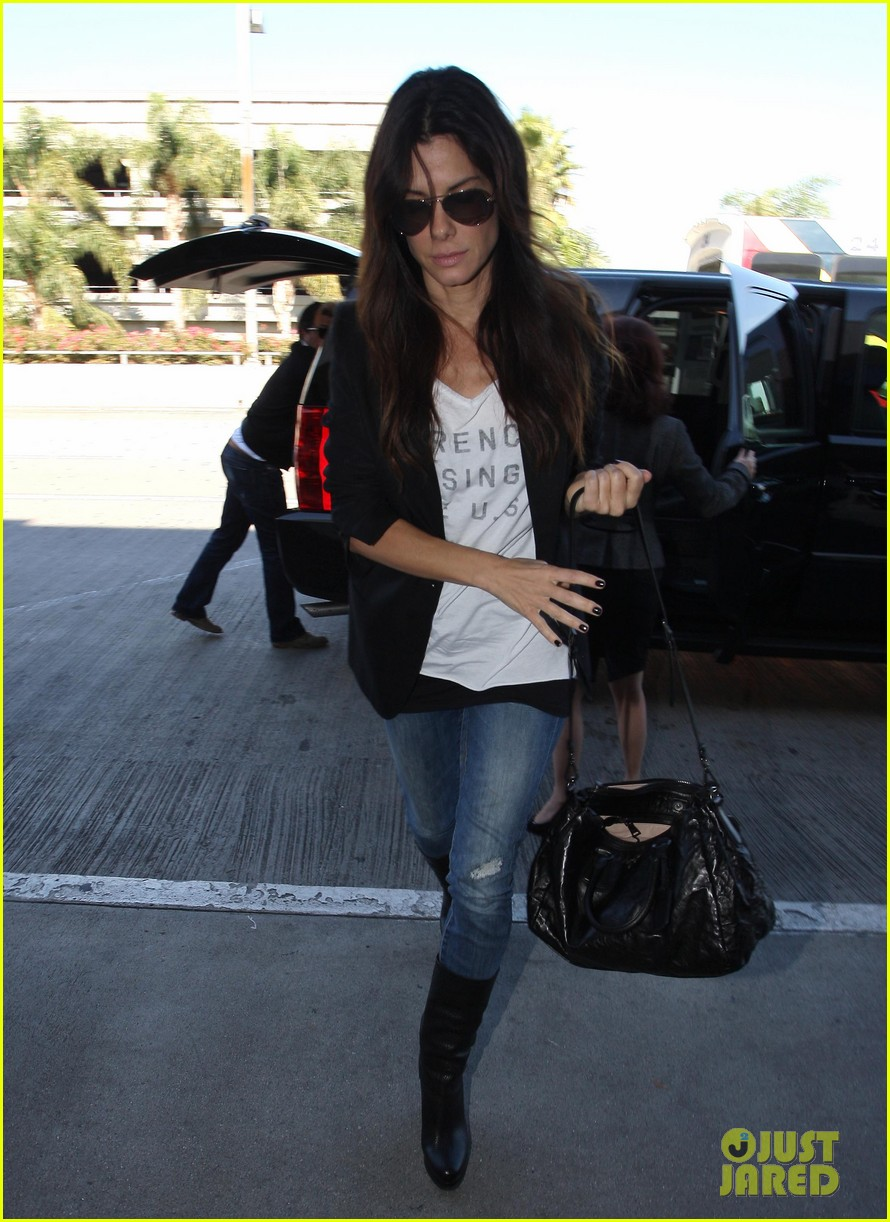 sandra bullock arrives lax 01