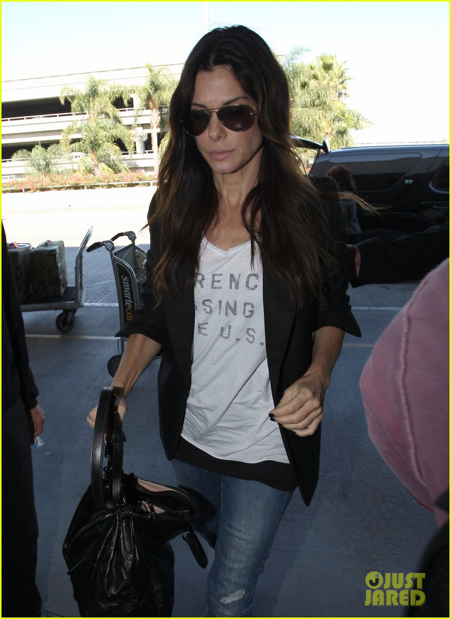 sandra bullock arrives lax 05