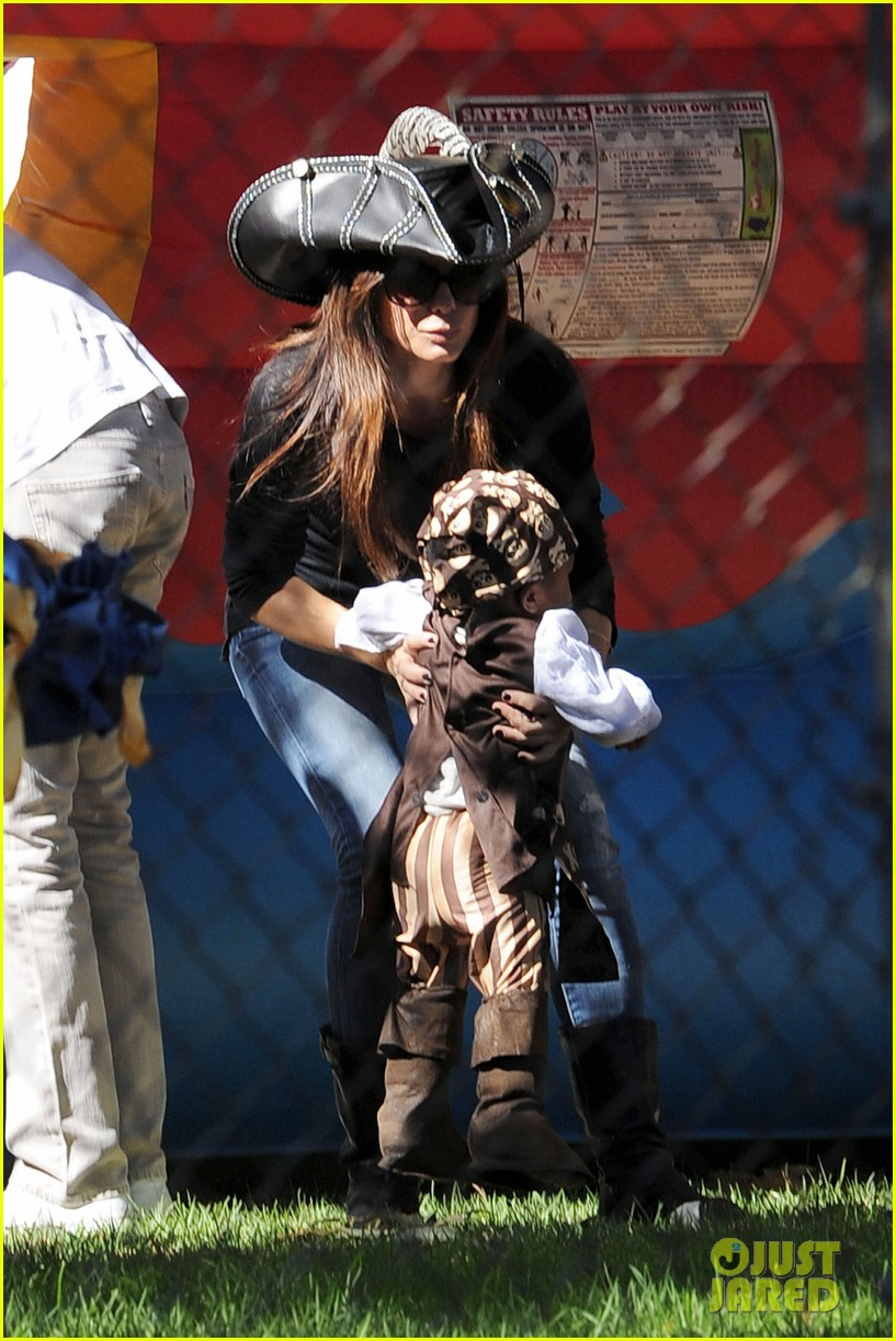 sandra bullock louis party pirate 032588184