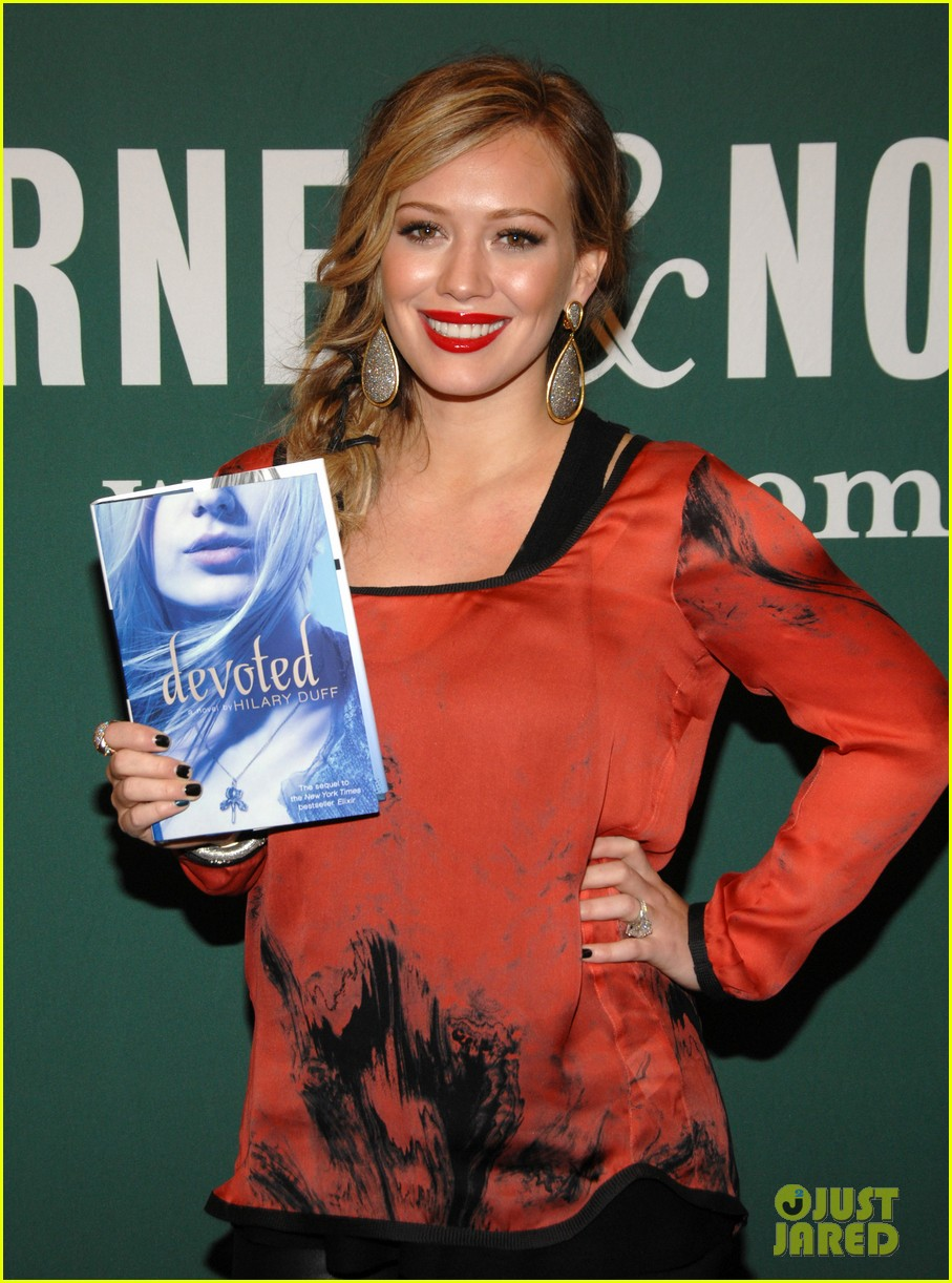 hilary duff book signing extra 02