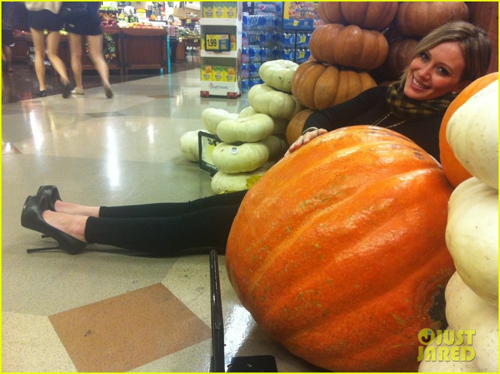 hilary duff giant pumpkin baby bump 032595015