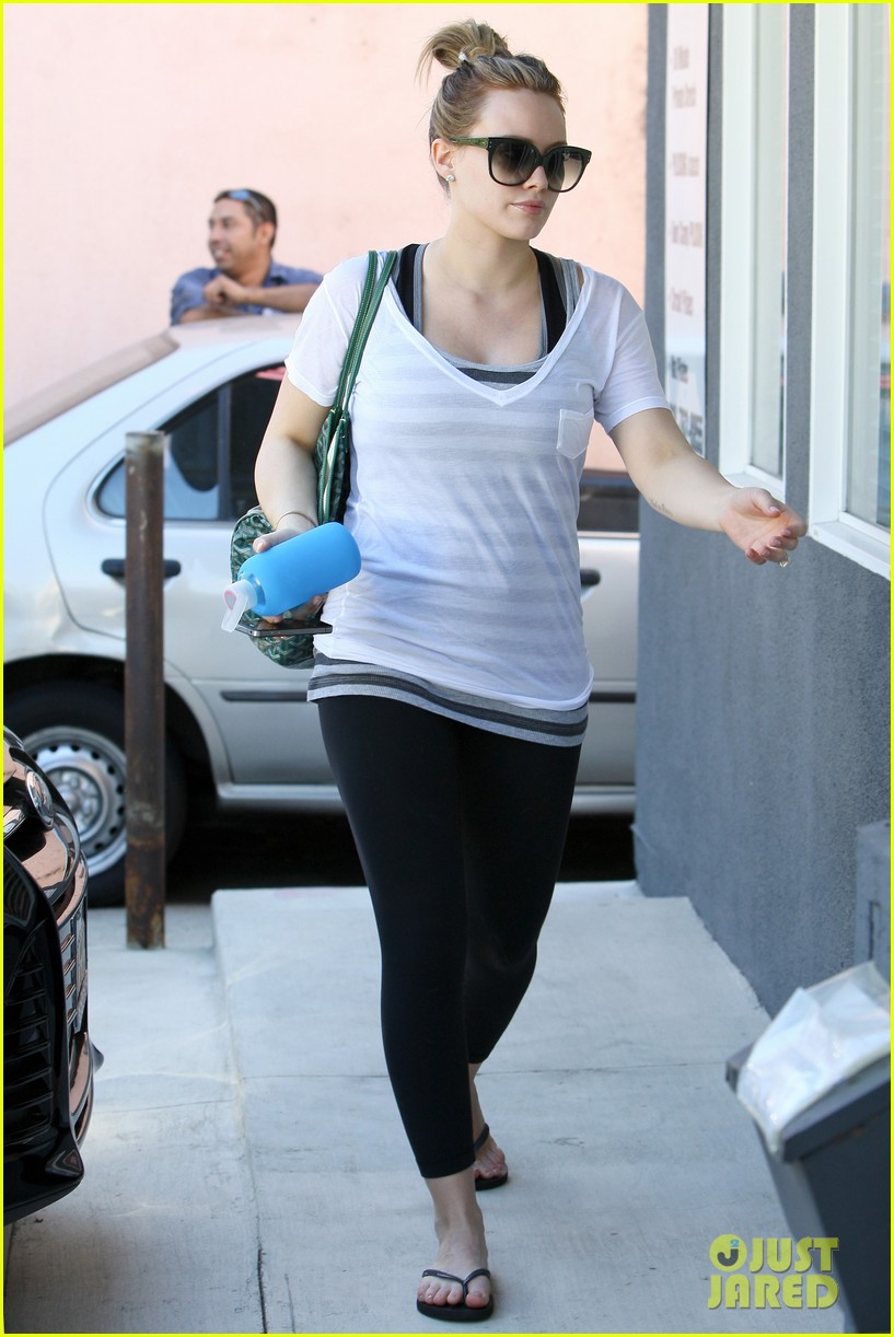hilary duff giant pumpkin baby bump 05