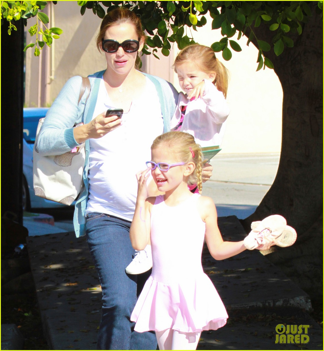 jennifer garner brings the girls to ballet class 022595071