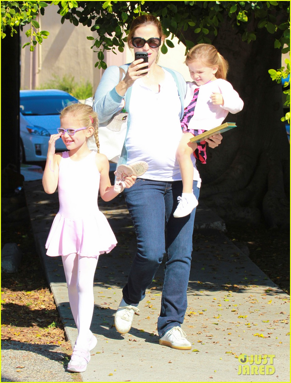 jennifer garner brings the girls to ballet class 132595082