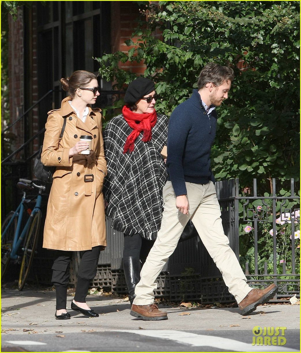 anne hathaway brooklyn date with adam shulman mom 03