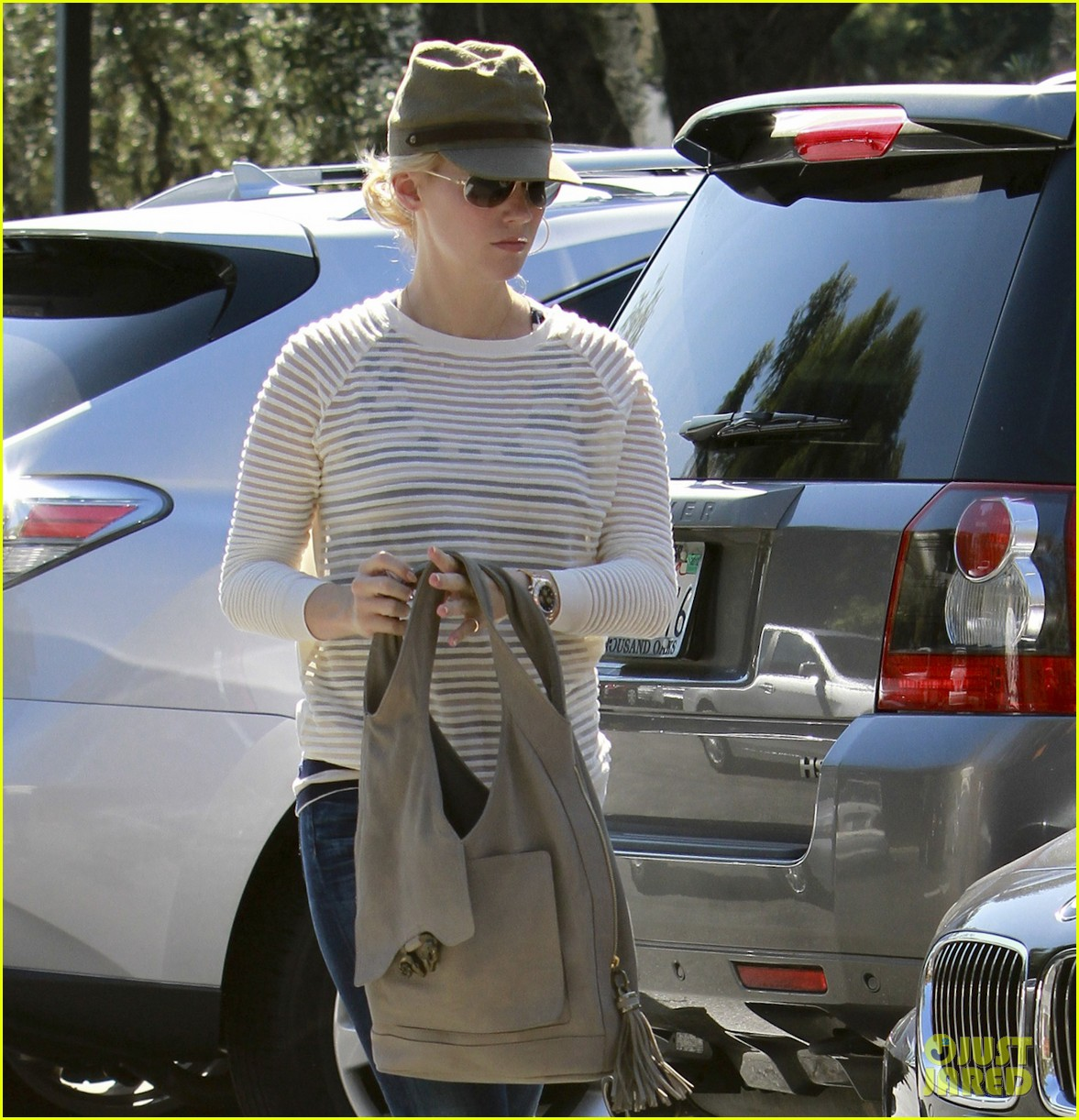 january jones picks up food 05