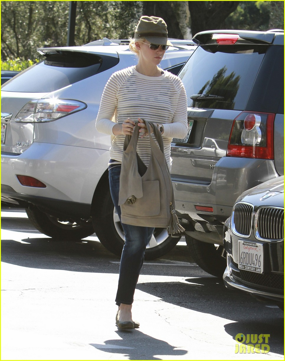 january jones picks up food 082590849