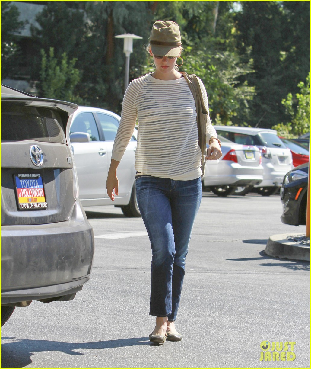 january jones picks up food 102590851