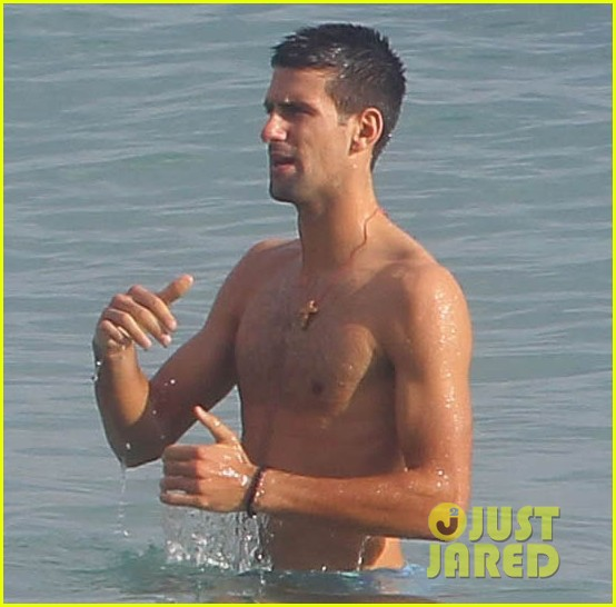 novak djokovic vacation shirtless 04