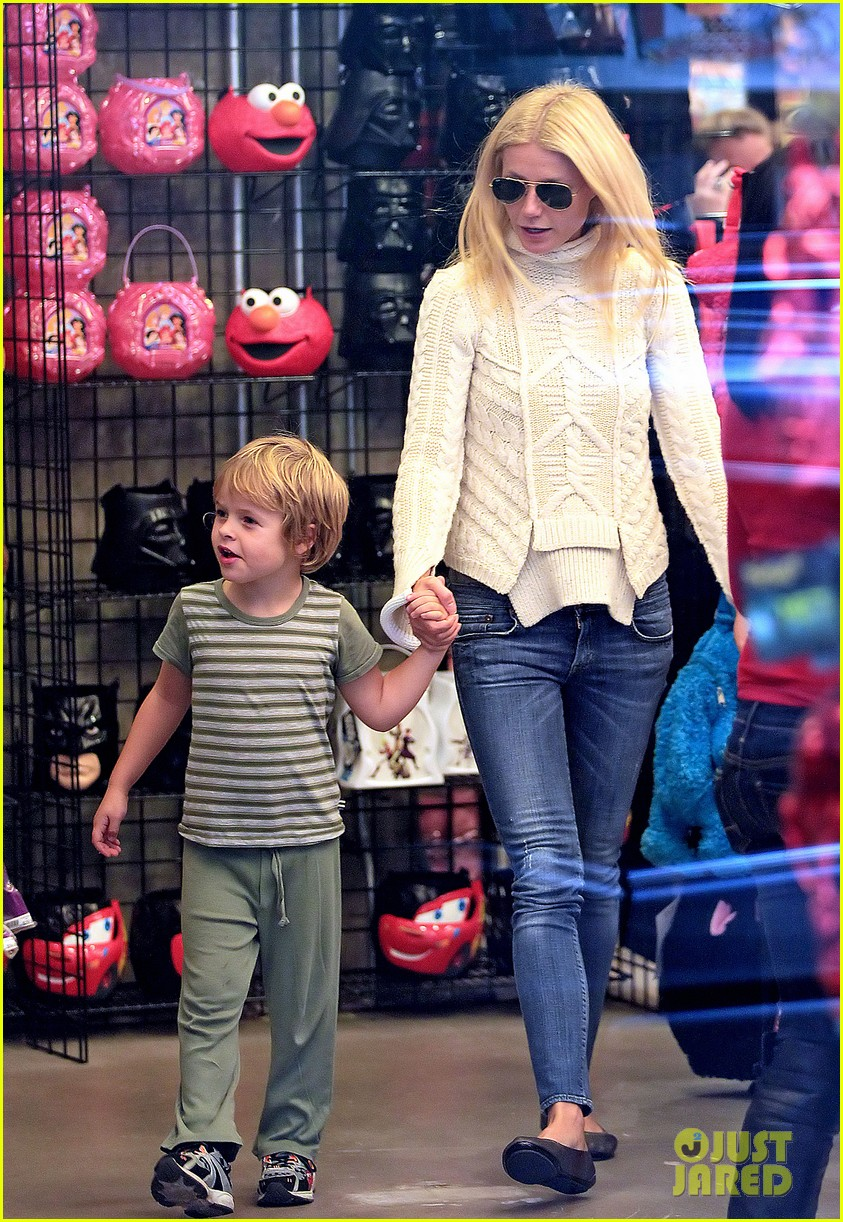 gwyneth paltrow costume shopping with apple and moses 012590285