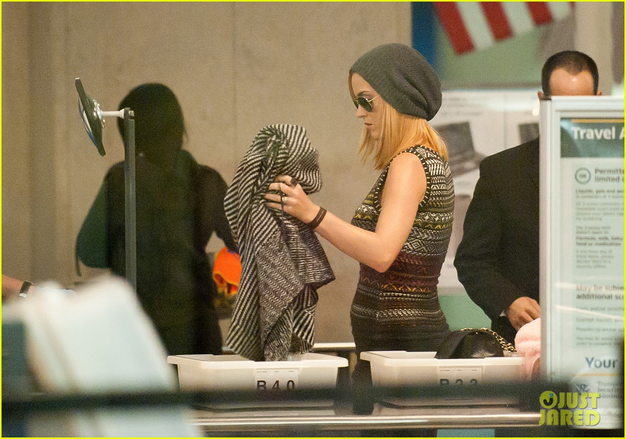 katy perry debuts blonde hair at lax 01