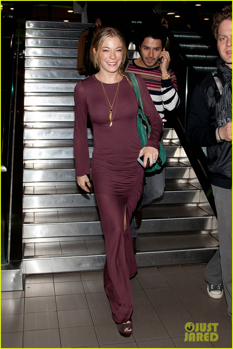 leann rimes arrives back lax 01