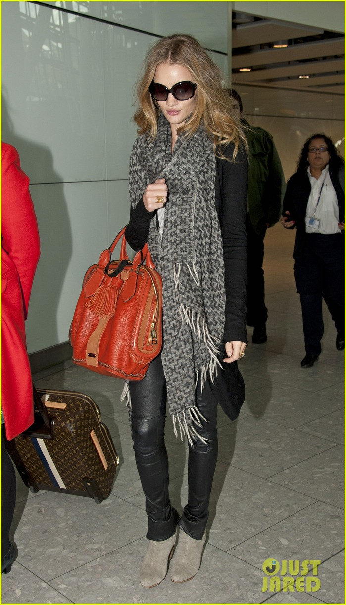 rosie huntington whiteley heathrow scarf 05