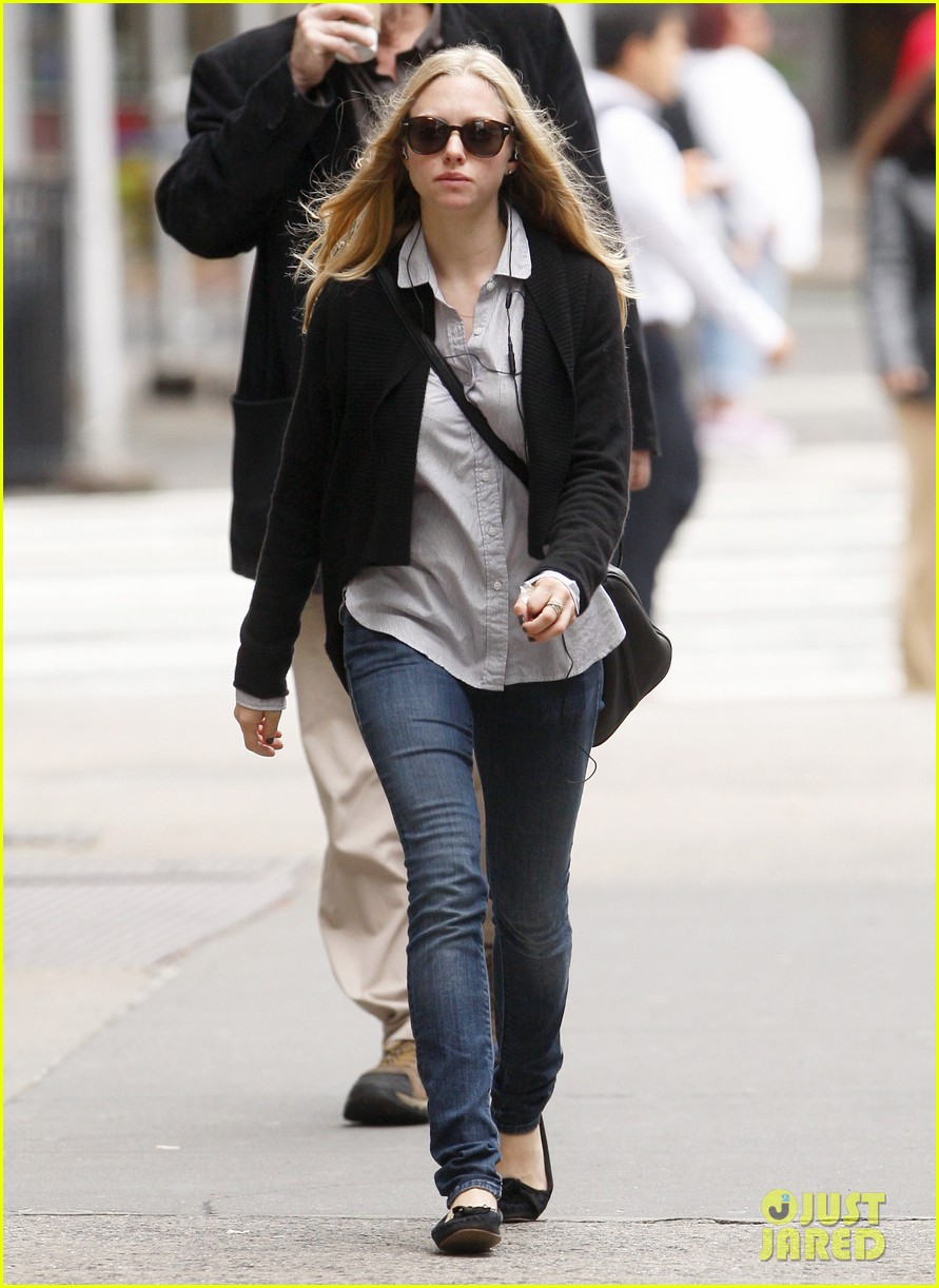 amanda seyfried nyc stroll 01