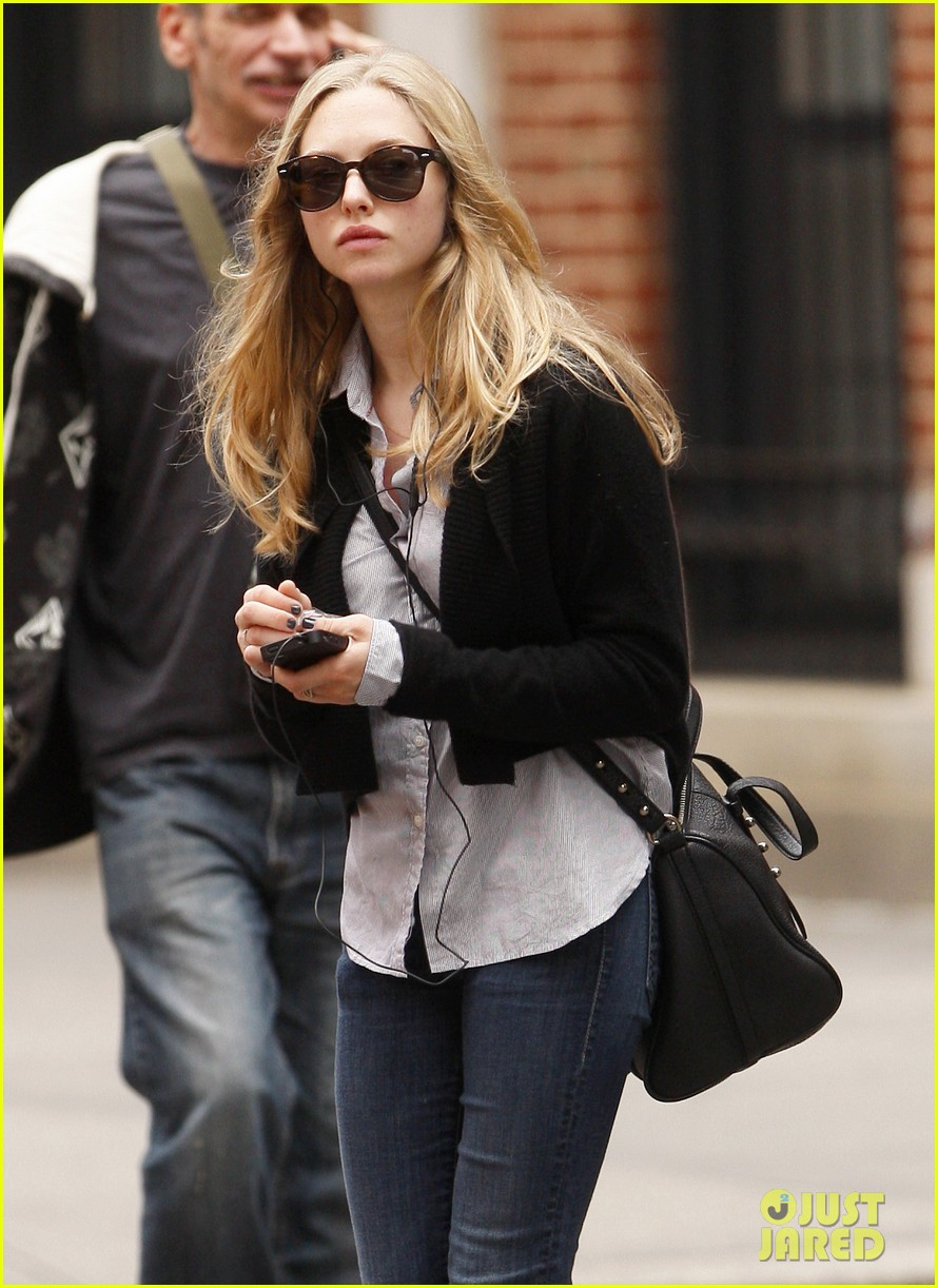 amanda seyfried nyc stroll 052590033