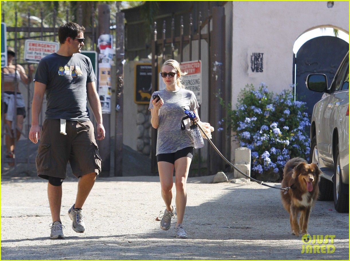 amanda seyfried dog walk friend 15