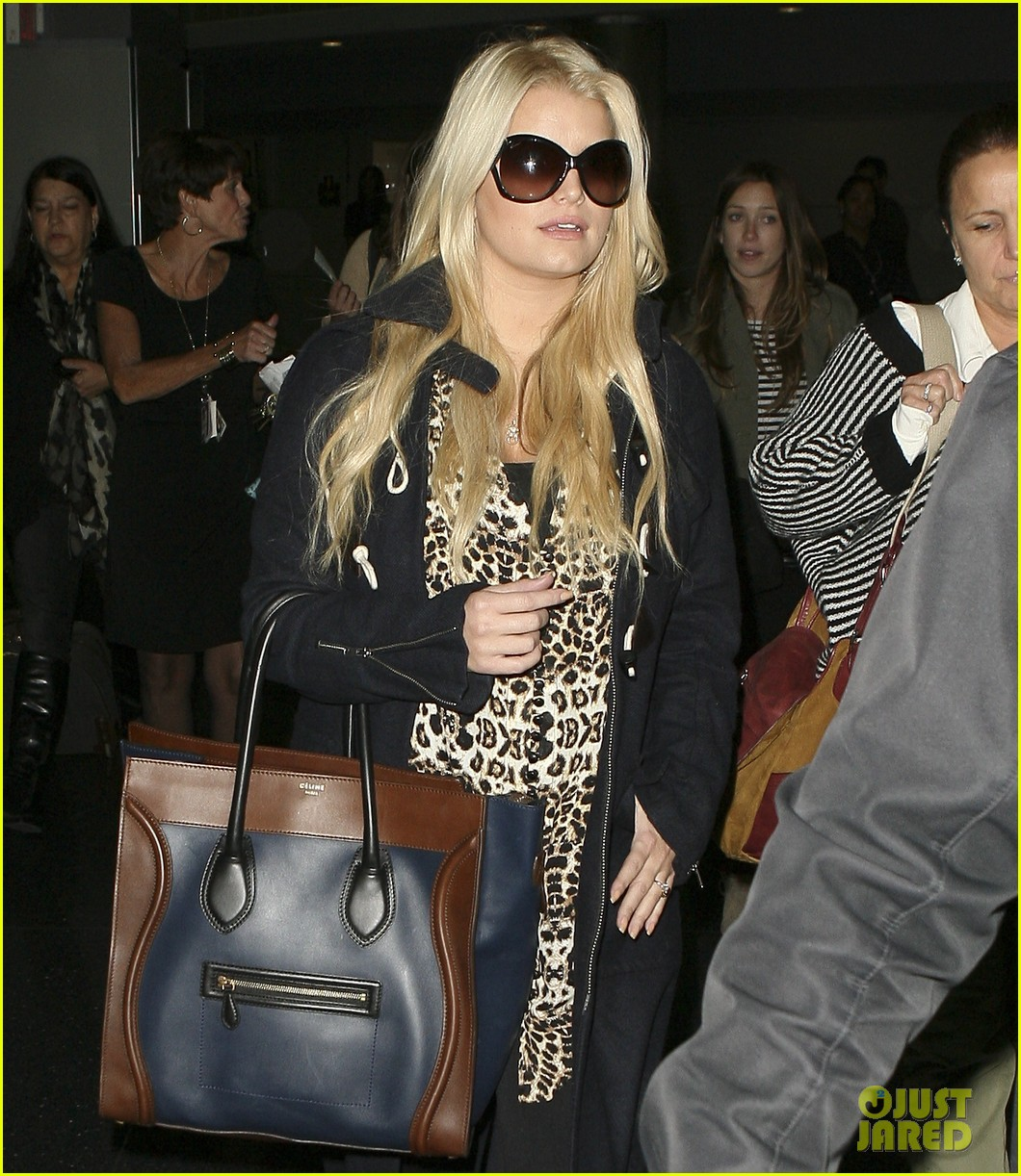 jessica simpson jfk mom 102594873
