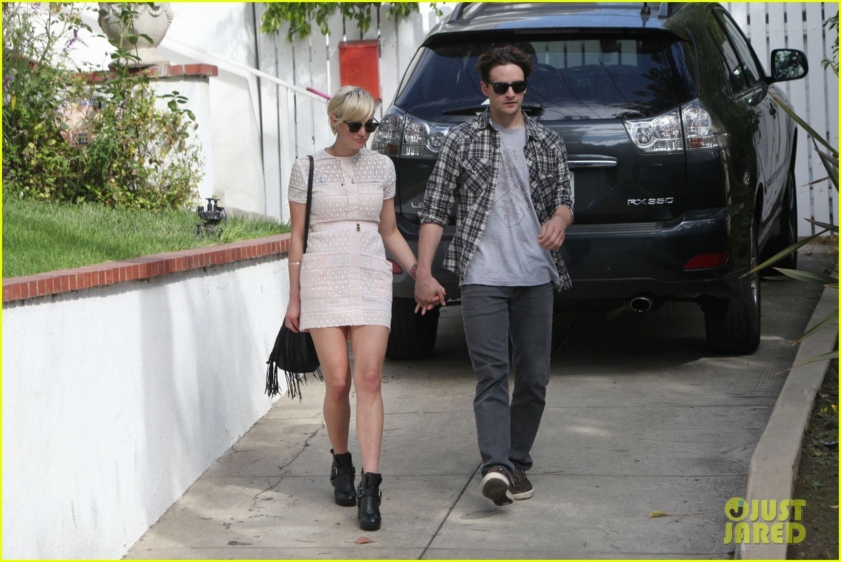 ashlee simpson vincent piazza holding hands 08
