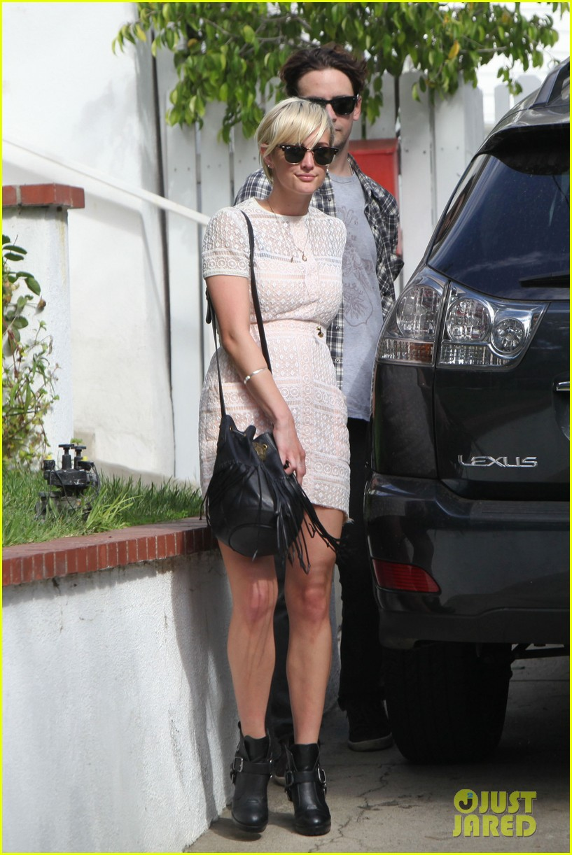 ashlee simpson vincent piazza holding hands 132586723