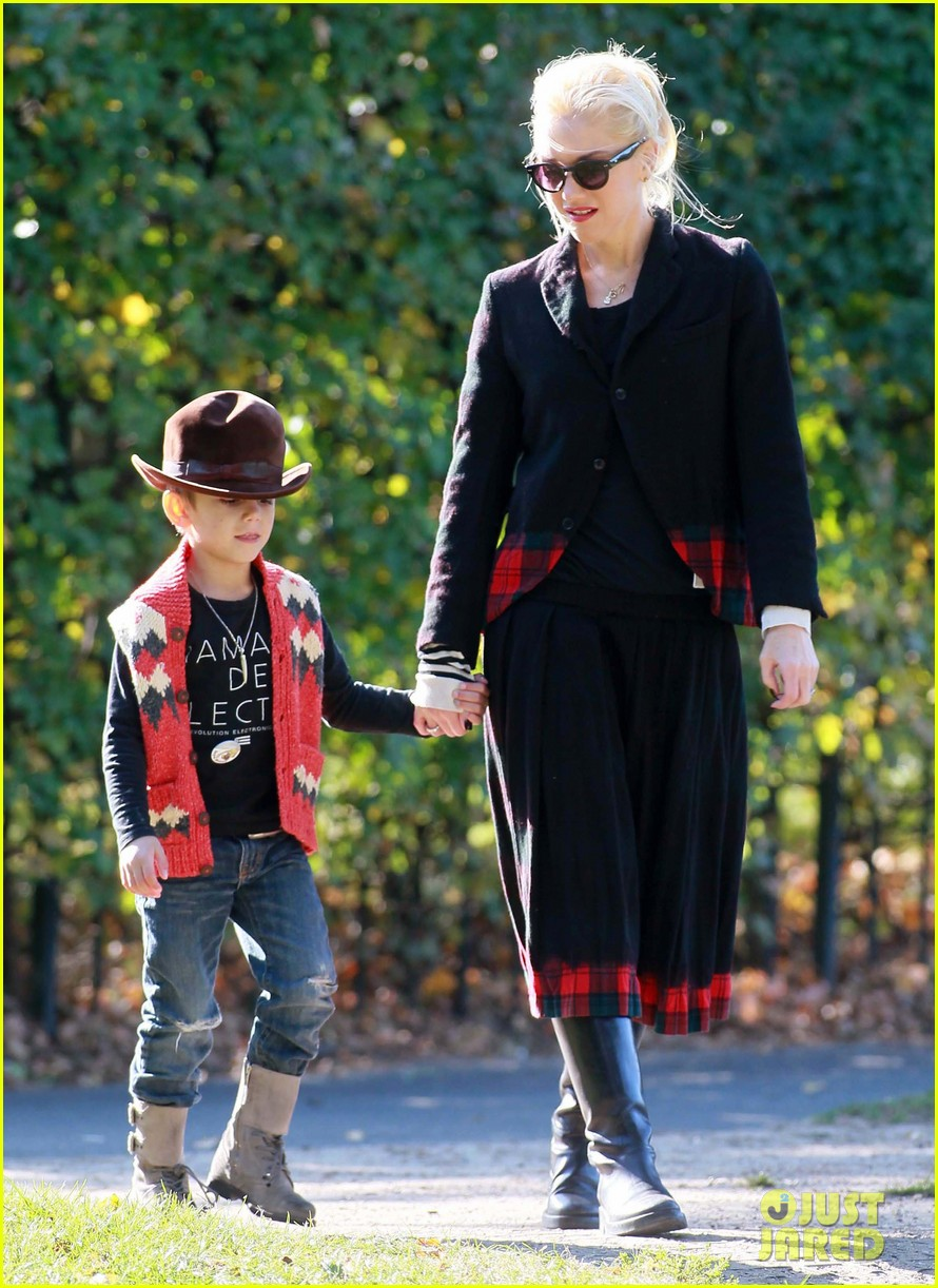gwen stefani swings with kingston and zuma 05