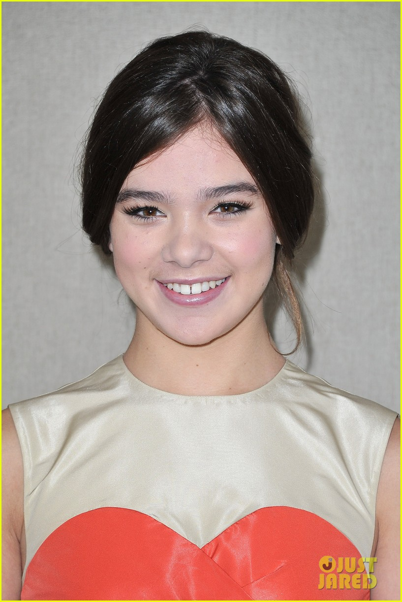 hailee steinfeld juno temple miu miu paris fashion week 012586997