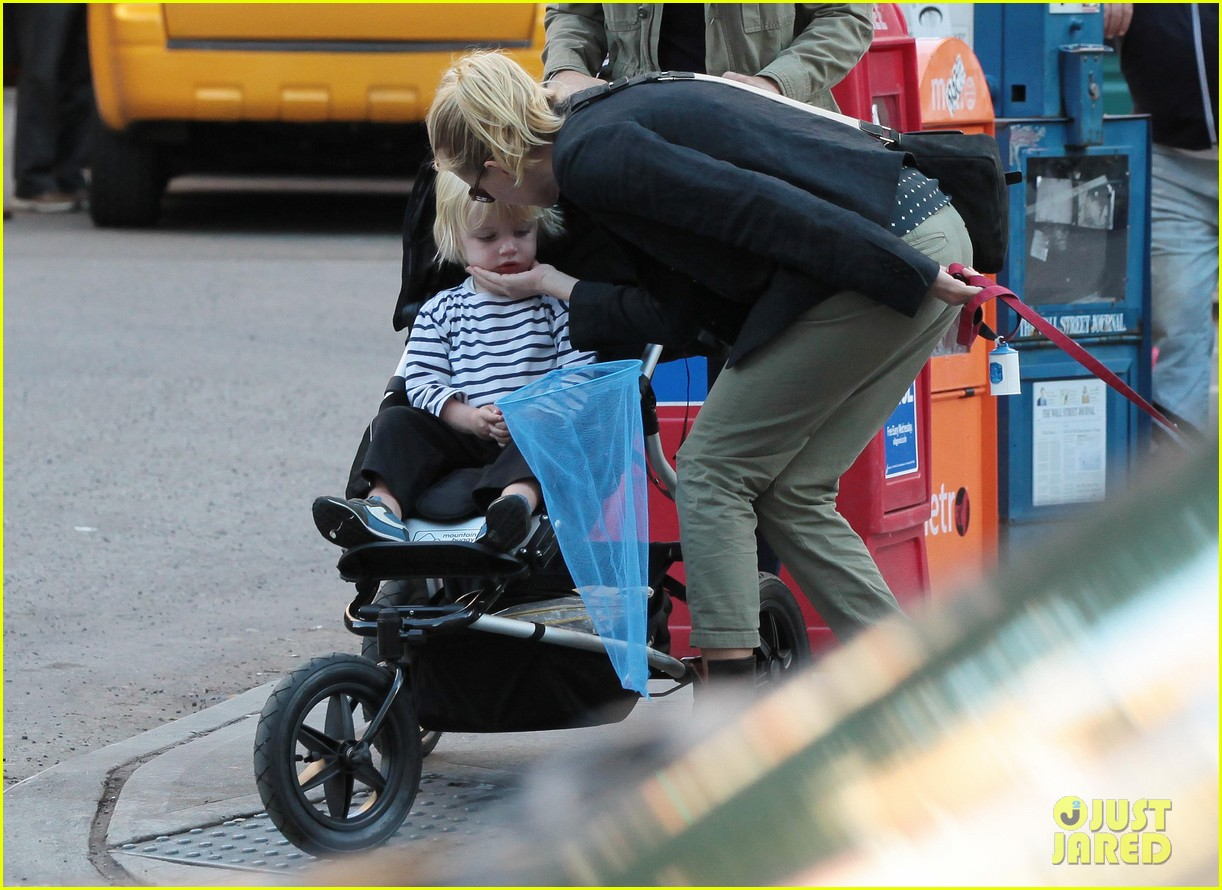 naomi watts shopping with samuel 09
