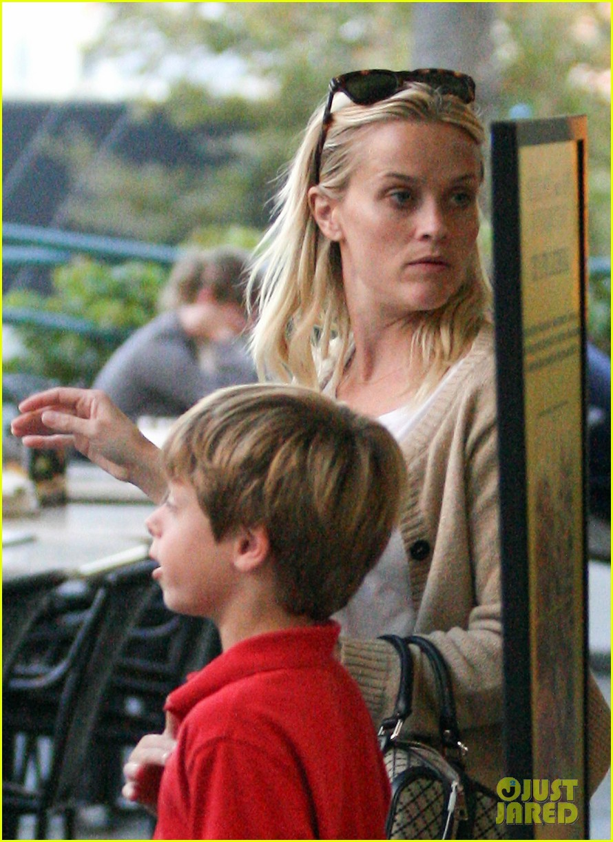 reese witherspoon runs errands with deacon 042589056