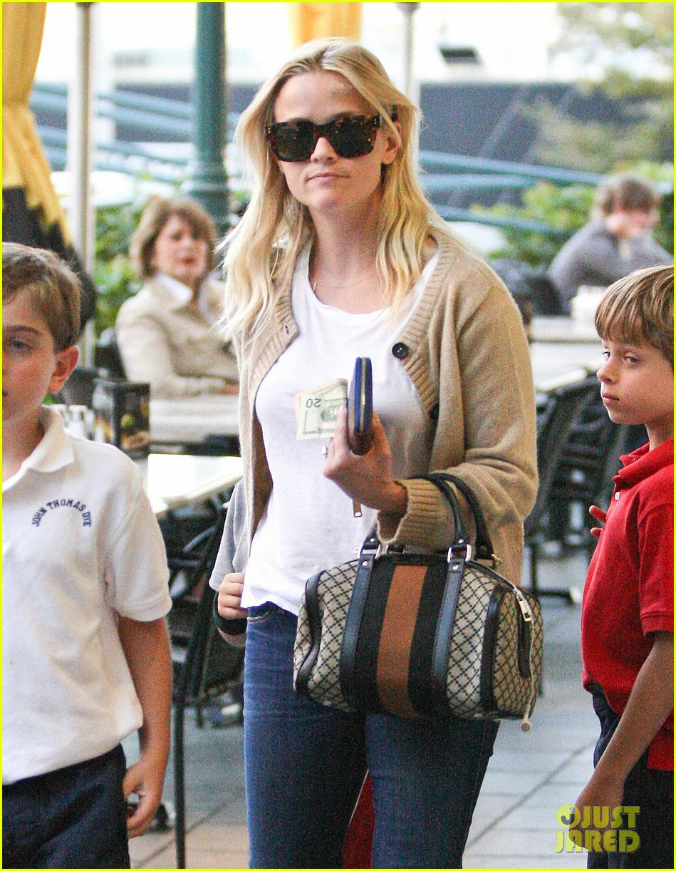 reese witherspoon runs errands with deacon 052589057