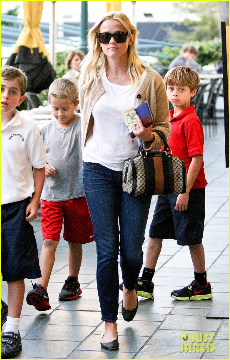 reese witherspoon runs errands with deacon 07