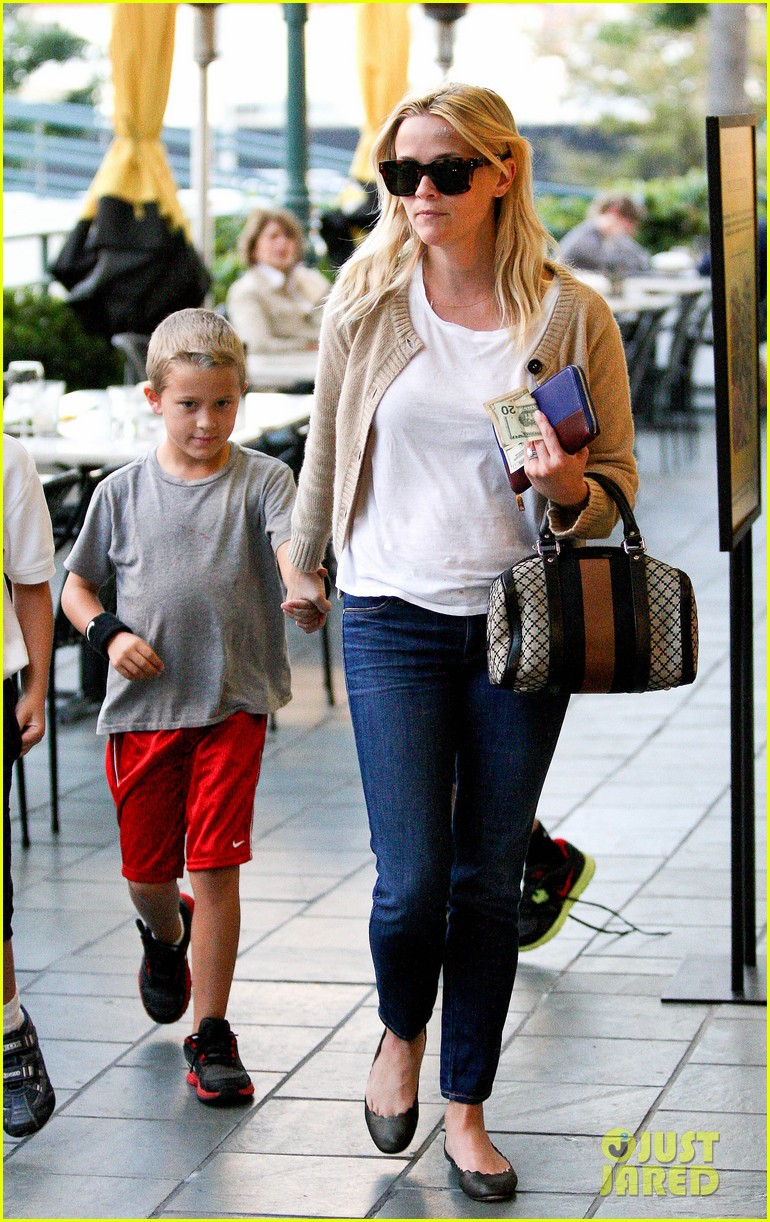reese witherspoon runs errands with deacon 092589061