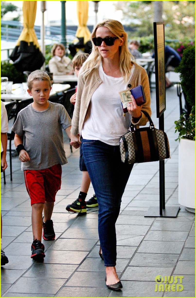 reese witherspoon runs errands with deacon 112589063