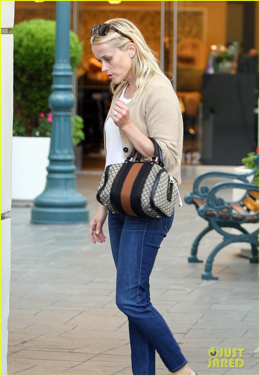 reese witherspoon runs errands with deacon 122589064