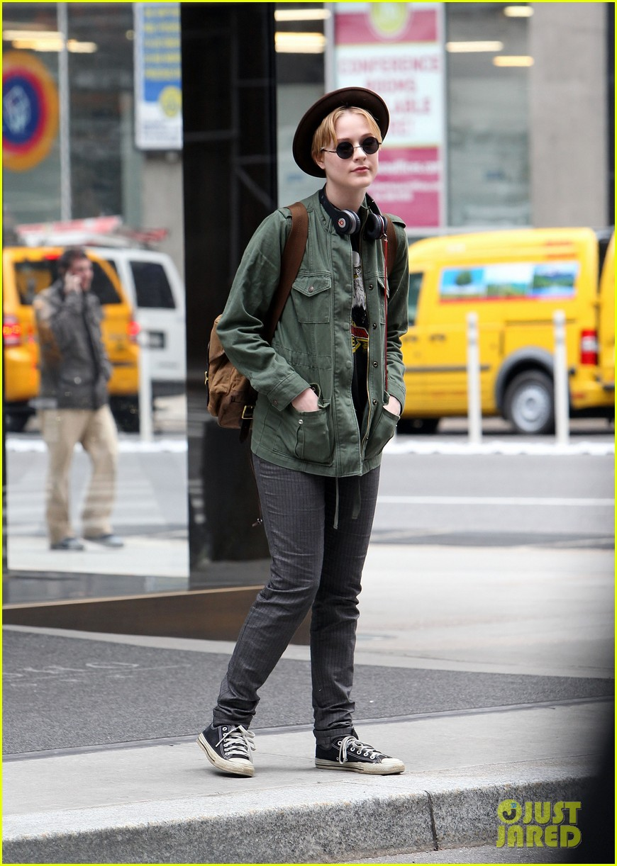 evan rachel wood crosses street 012586771