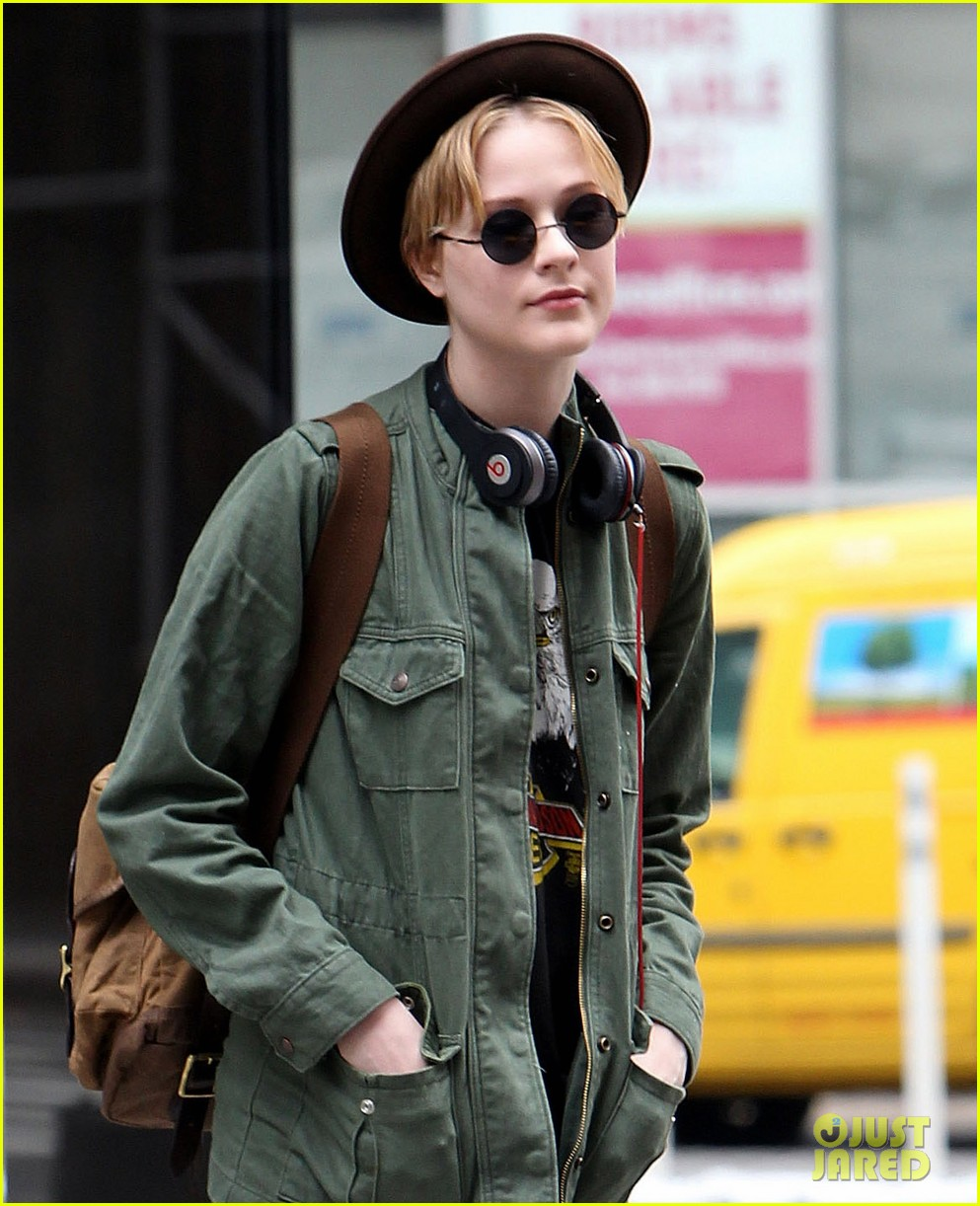 evan rachel wood crosses street 02