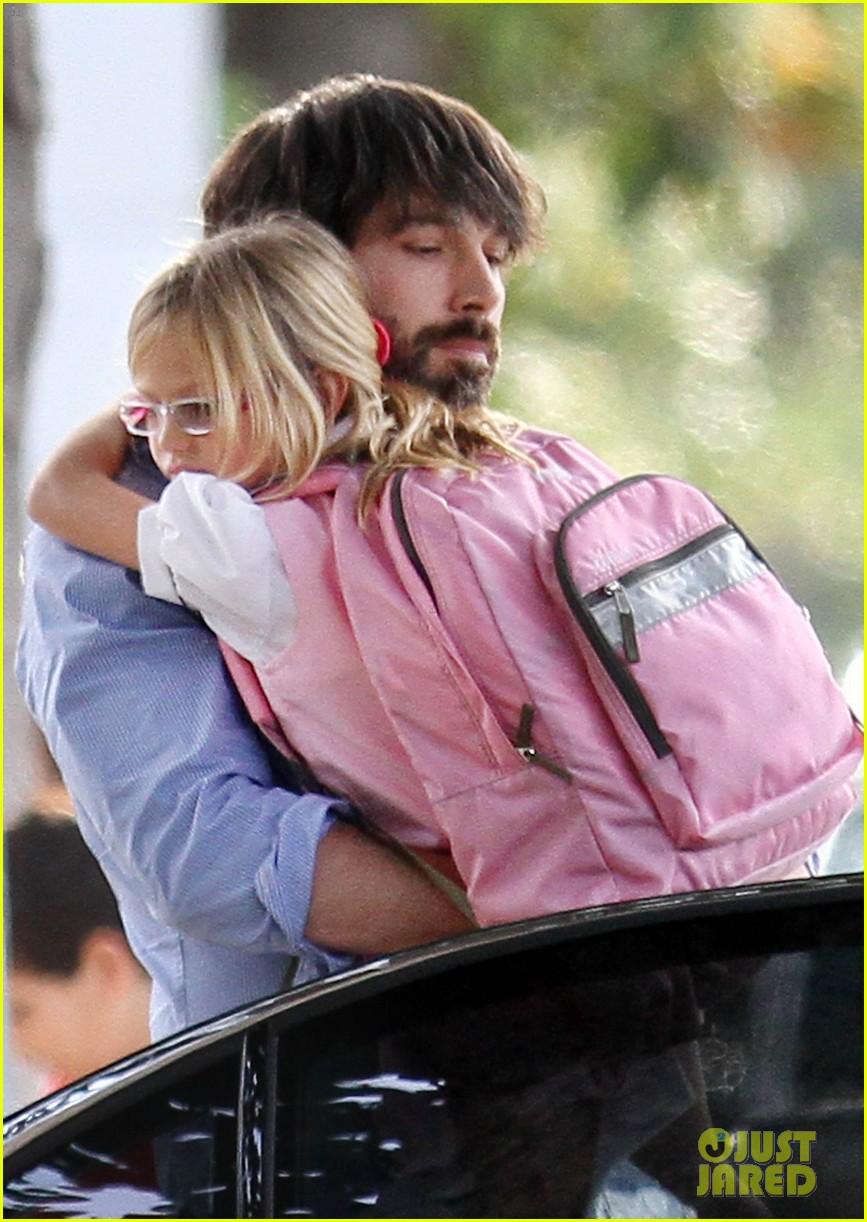 ben affleck violet hug after school 04