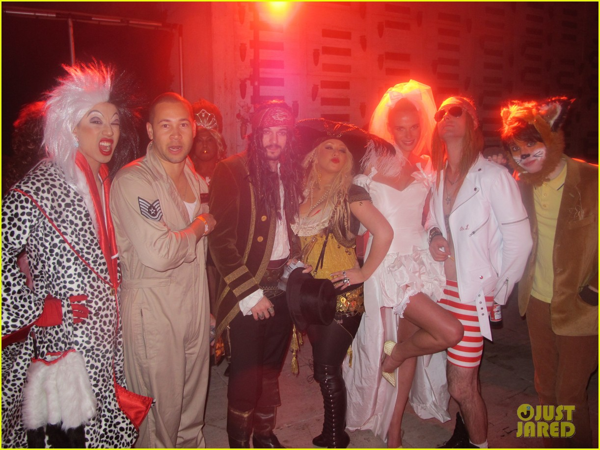 christina aguilera maroon 5 halloween party 04