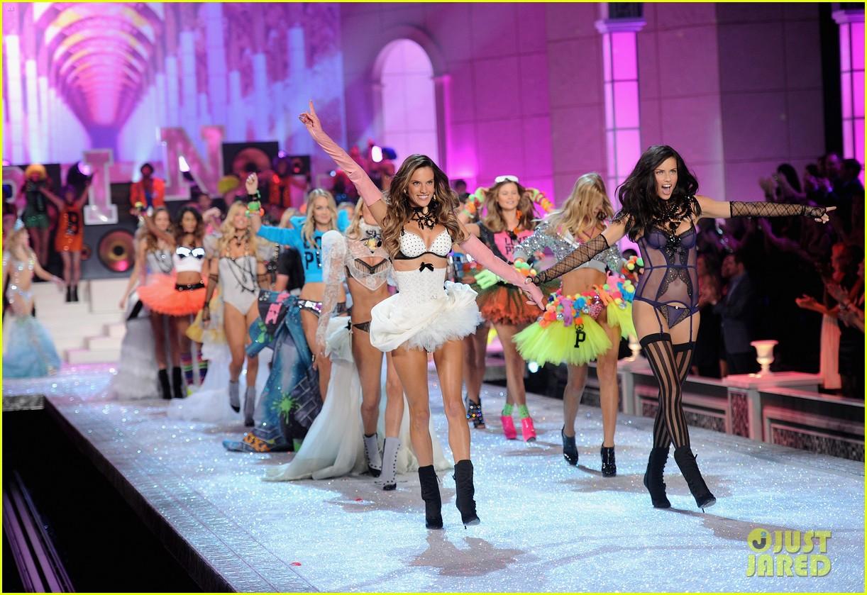 alessandra ambrosio vs fashion show 2011 022598678
