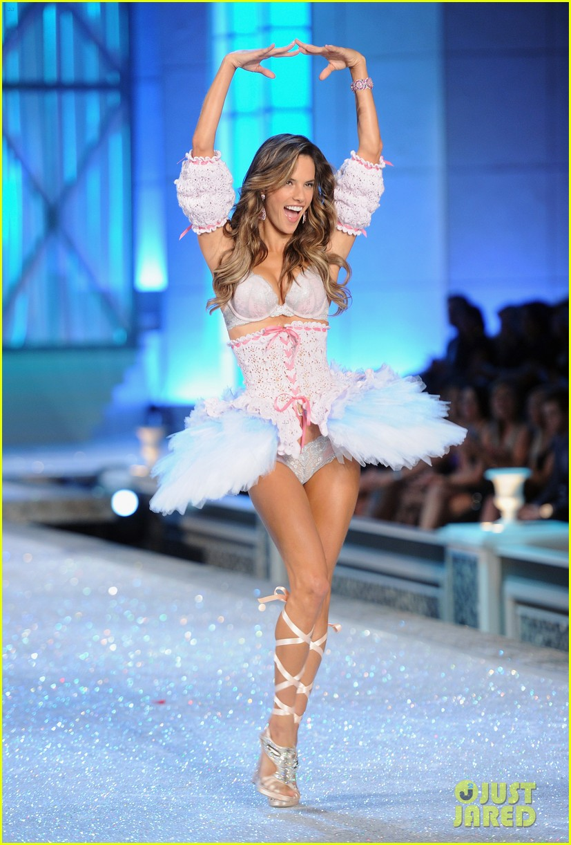 alessandra ambrosio vs fashion show 2011 072598683