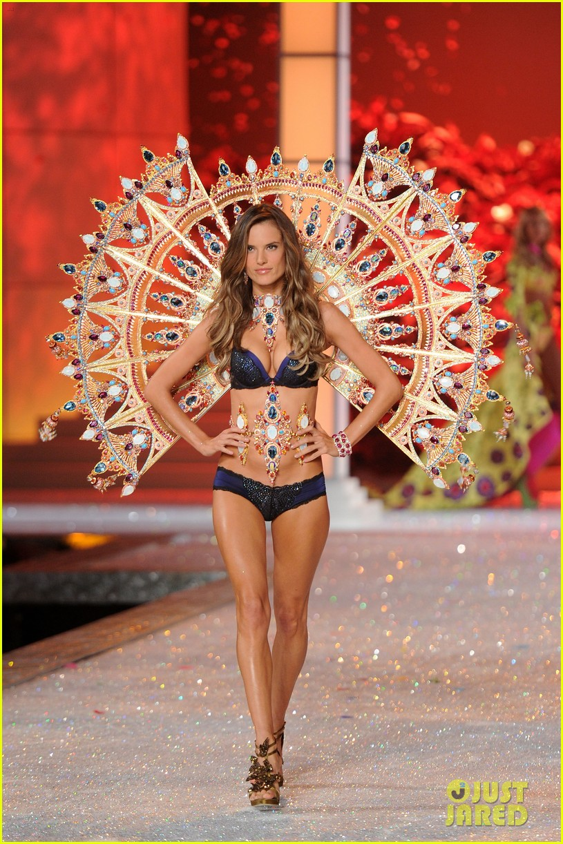 alessandra ambrosio vs fashion show 2011 12