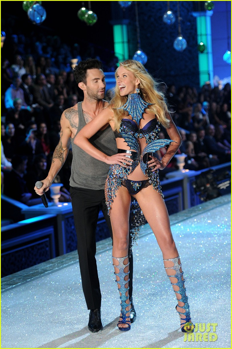 anne v adam levine vs fashion show 2011 082598706