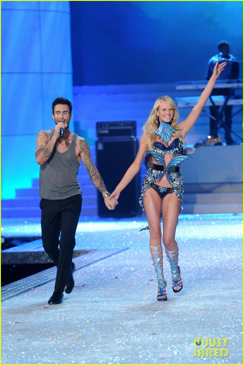 anne v adam levine vs fashion show 2011 152598713