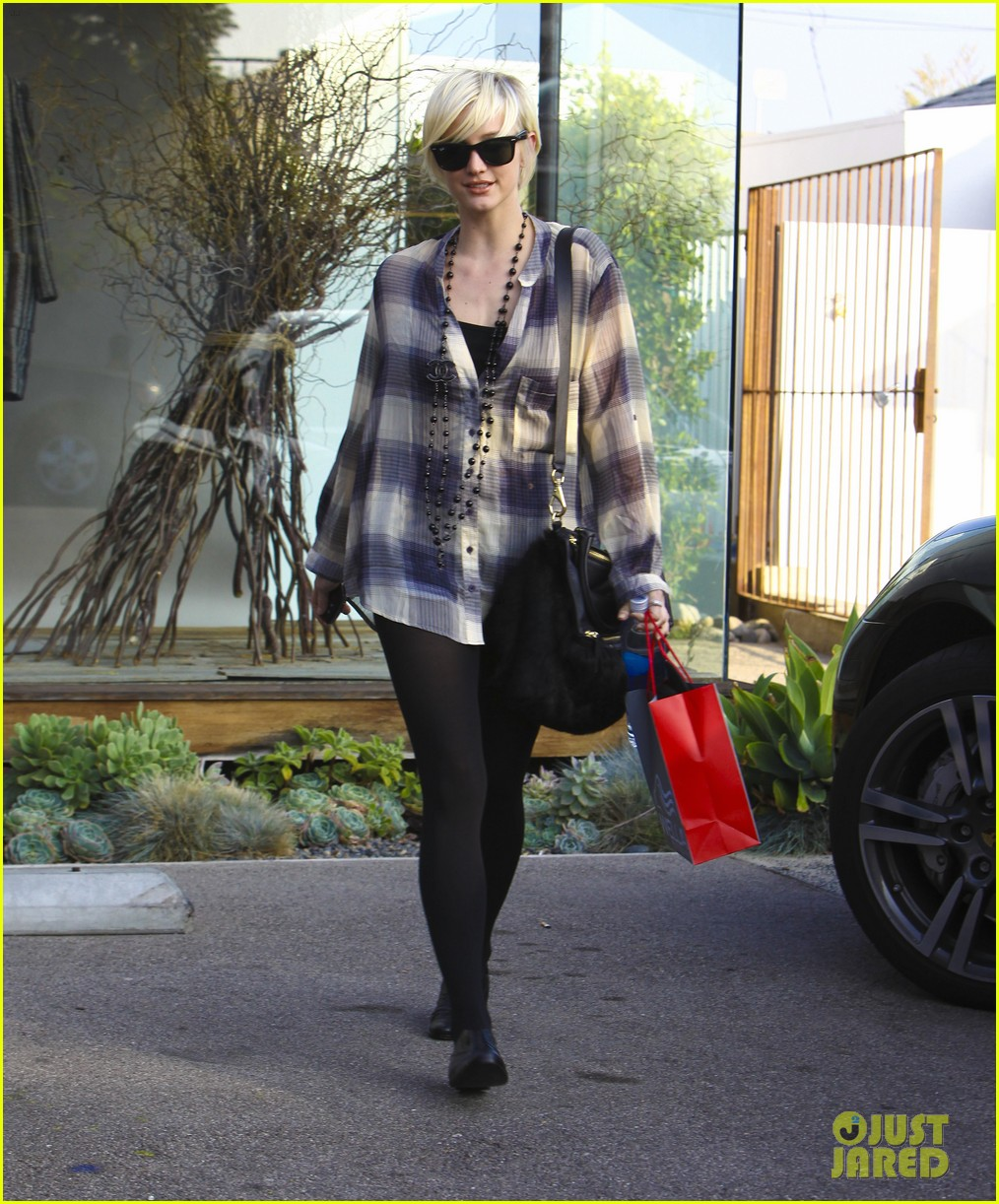 ashlee simpson chanel necklace salon 01