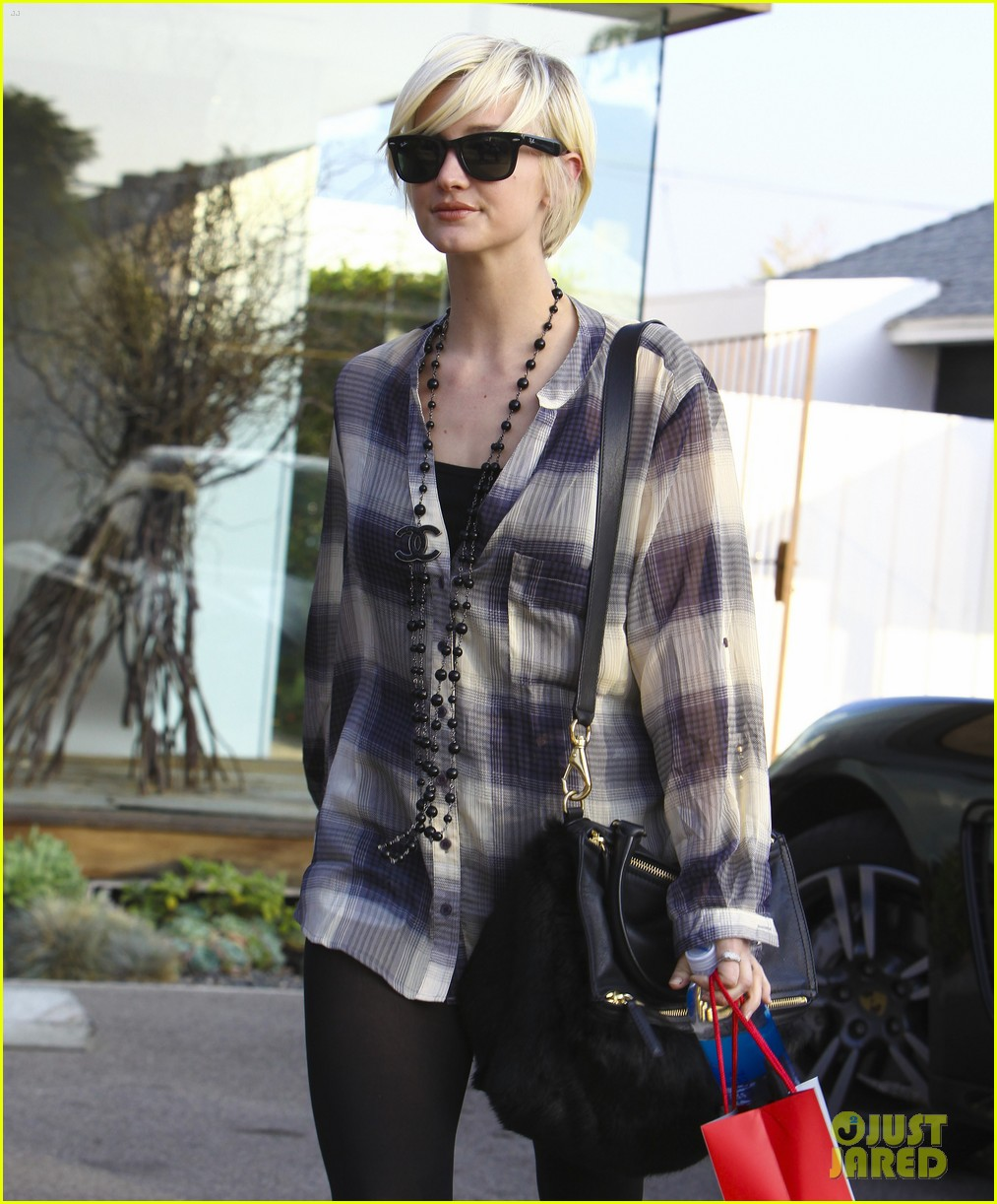 ashlee simpson chanel necklace salon 022601068