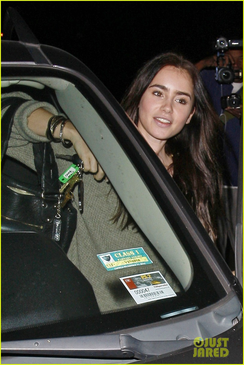 lily collins newsroom cafe 08