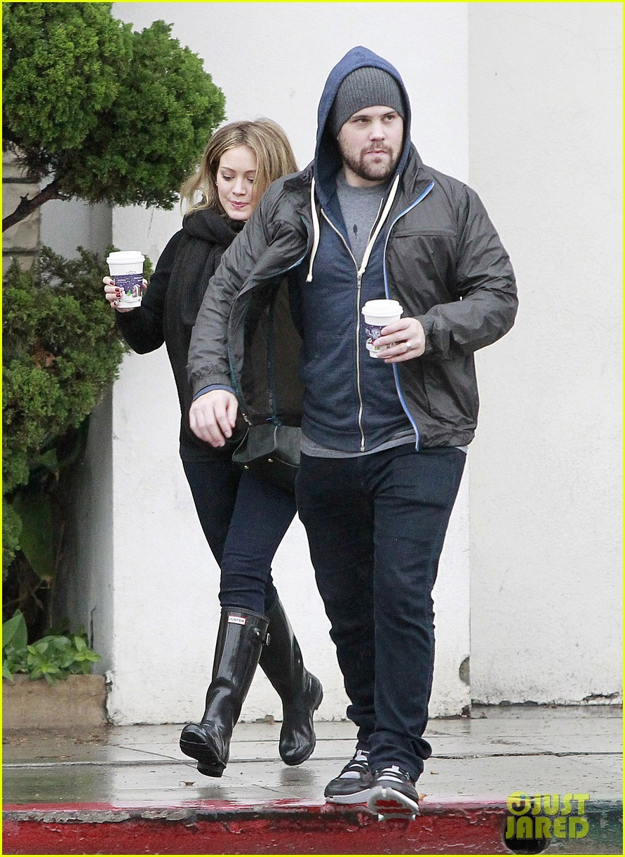 hilary duff prefers wearing tight clothes during pregnancy 012602616