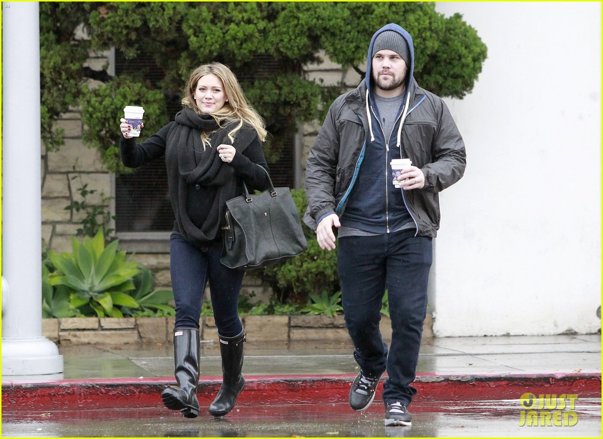 hilary duff prefers wearing tight clothes during pregnancy 022602617